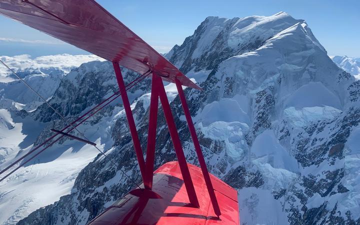 Pilot commemorates first flight over Aoraki/Mt Cook 100 years on